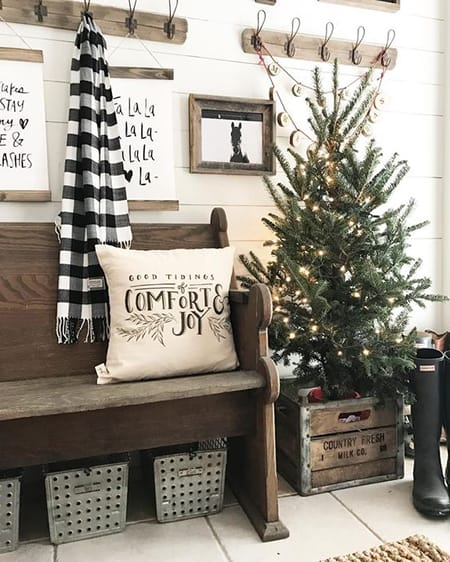 10 Charming Farmhouse Christmas Decorating Ideas | HomeandEventStyling.com