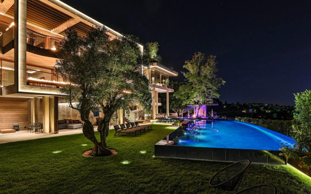 Pool and backyard at 822 Sarbonne