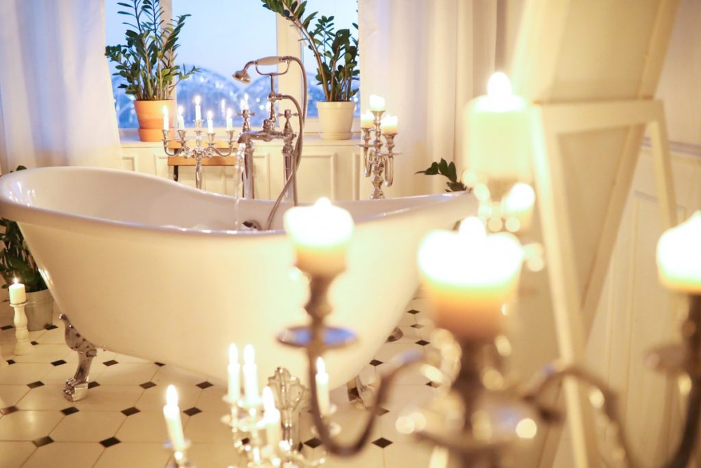 Romantic free-standing bathtub with candles